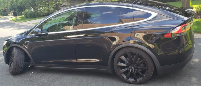 Tesla Model X išlūžęs ratas