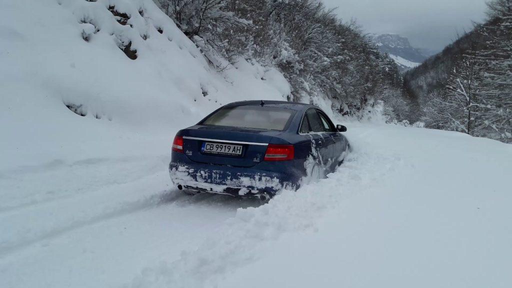 Audi A6 sniege