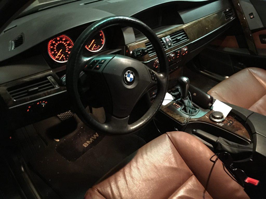BMW E61 salonas