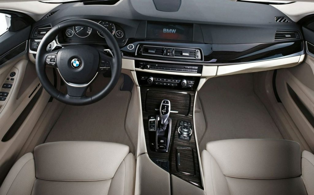 BMW F10 salonas
