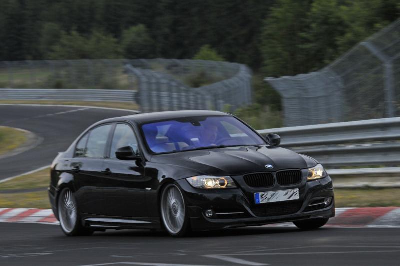 Juodas BMW E90 trasoje