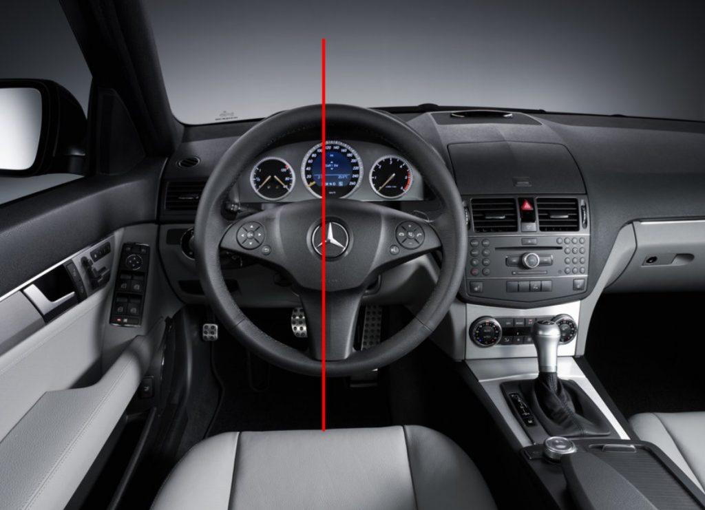 C klasės Mercedes-Benz vairas yra šiek tiek šone