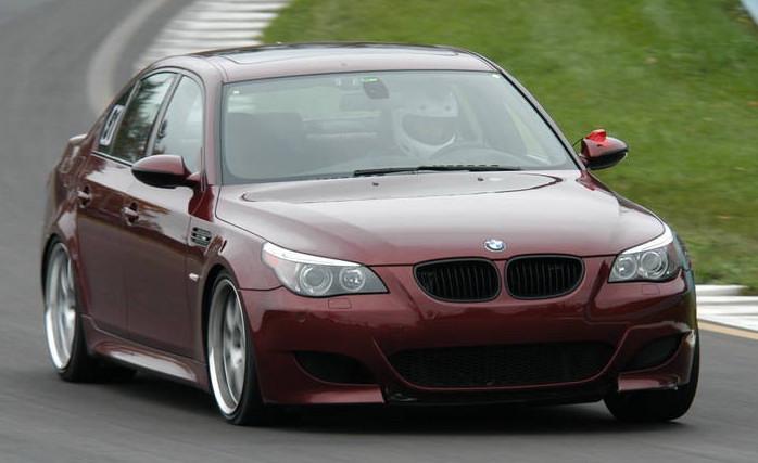 Raudonas BMW M5 trasoje