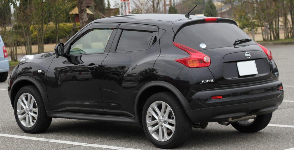 Juodas Nissan Juke iš galo 2013