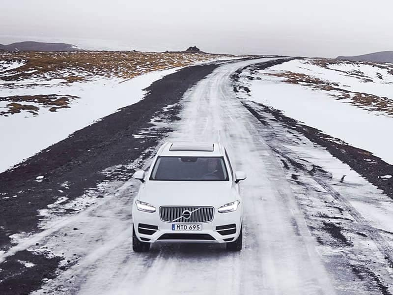 Baltas Volvo X90 žiemą
